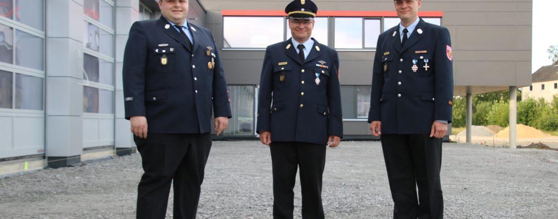 1. Kdt Thomas Schaller (links), Neu KBI Jochen Bucher (mitte), Neu KBM Volker Bucher